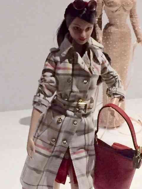 """Barbie na chuva """"comme il faut"""": de Burberry, claro!"""