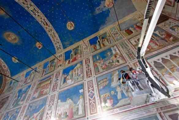 """Detalhe dos afrescos de Giotto sendo restaurados: Turma da pesada participou desta sagrada missão, como Giuseppe Basile, que coordenou o restauro da Capela Sustinha e Pinin Brambilla Barcilon, que fez o mesmo com """"A última Ceia"""", de Leonardo da Vinci!"""