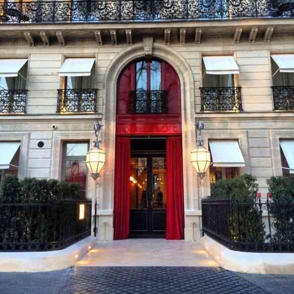 """A beleza da fachada do hotel """"La Reserve"""", em Paris!"""