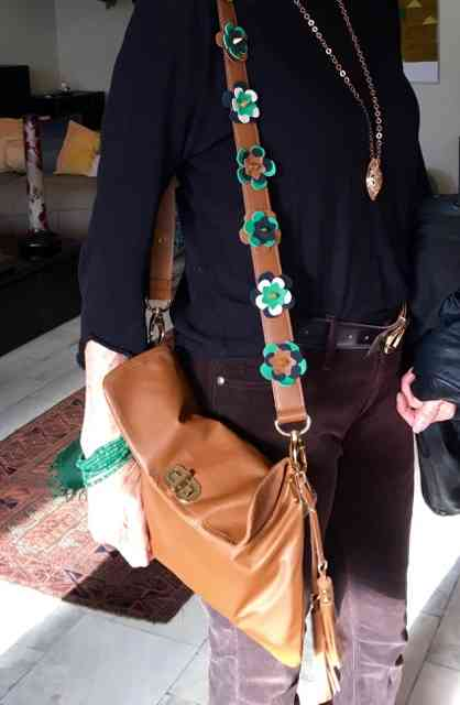 Além das alças, Claudia confecciona este modelo super chic de bolsa
