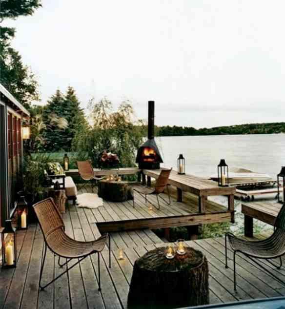 A beira de um lago fica mais charmosa e quentinha, espalhando lareiras portáteis...