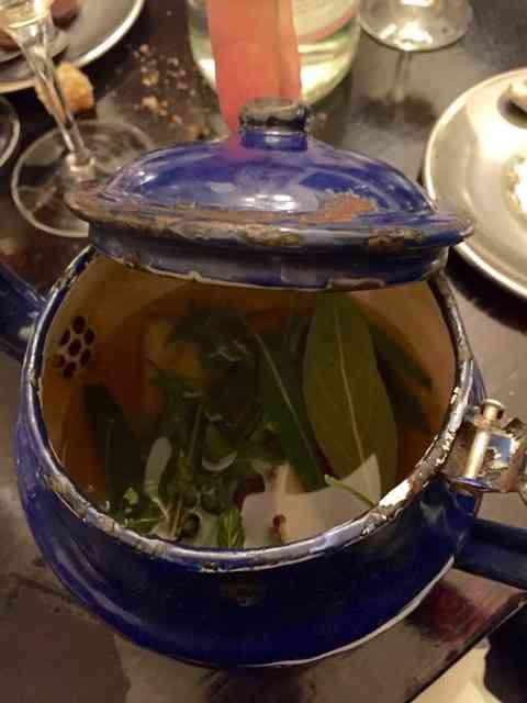 Esta infusão aprendi num estrelado restaurante de Paris, onde fazem-na com as sobras das folhas do dia: cozinha ecológica & chic demais!