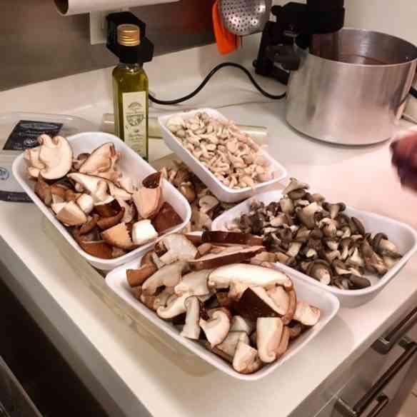 Cogumelos frescos colhidos na fazenda da família da Lara, em Friburgo, Rj... A maioria dos ingredientes que usa vêm de lá: luxo só!