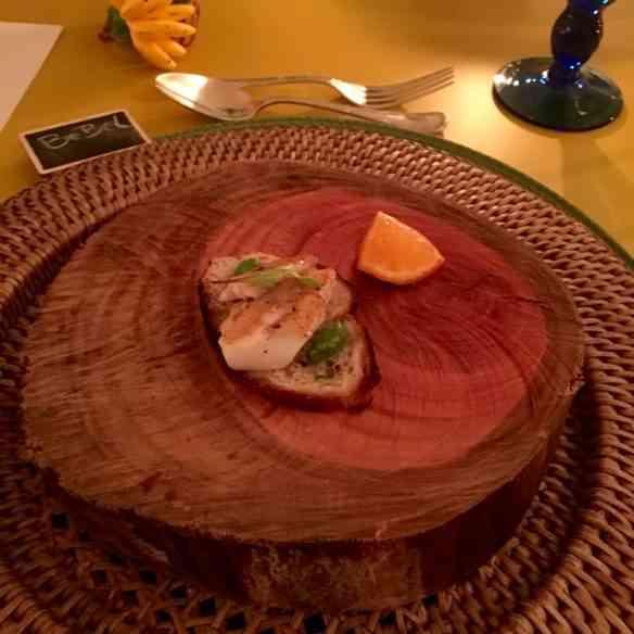 ÍTEM 2: TORRADA com truta defumada em madeira de cerejeira... Amei esta maneira de servir!