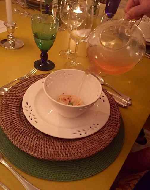 """ÍTEM 4: QUEIJO MINAS CURADO E MEL.. Ou """"capeletti"""" de queijo meia cura temperado co mel silvestre, manjericão silvestre e servido com consomê ou água de tomate."""