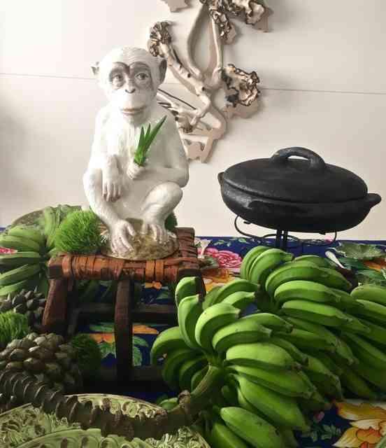 Entre macacos de porcelana lindos e cachos de bananas fazendo a vez de esculturas, Patrícia Peltier pousou seu banquete baiano: luxo só!