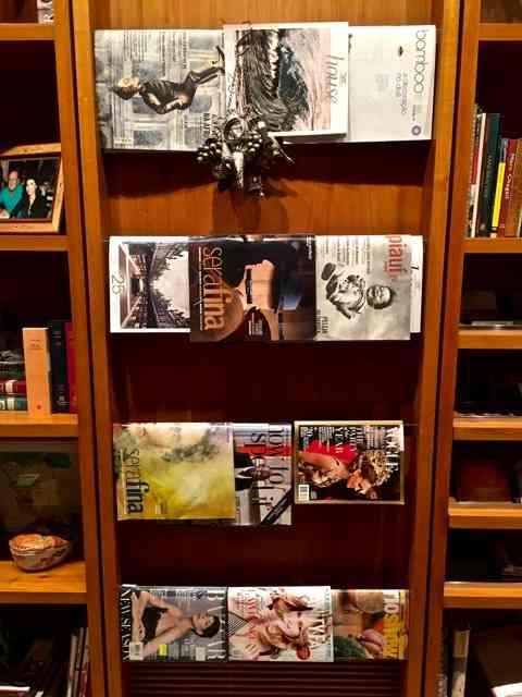 Detalhe 2: amei o revisteiro acoplado à estante da biblioteca! Chic e prático!