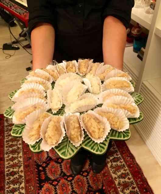 A elegância da baianice: complementando as sobremesas servidoas à mesa, outras iguarias para serem comidas aos bocados, eram oferecidas em bandejas. Já anotei no meu caderninho!