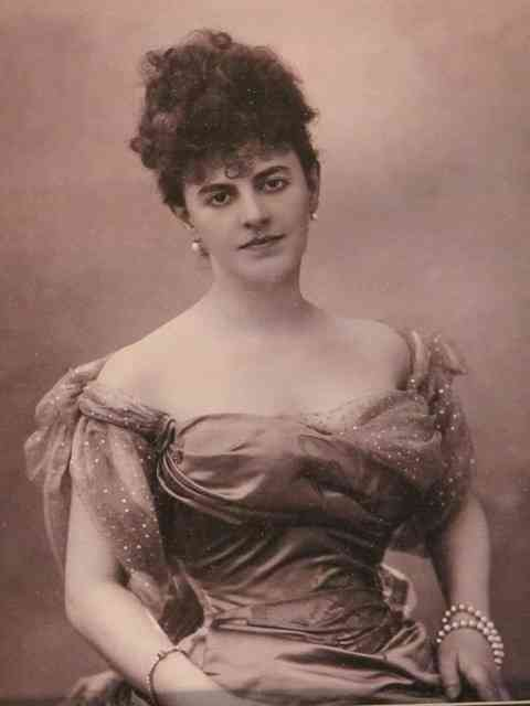 Esta é a estilosíssima Princesa Élizabeth de Caraman-Chimay, Sra de Greffulhe, que arrasou nos salões parisienses, tornando-se inspiração para personagem do grande Marcel Proust!