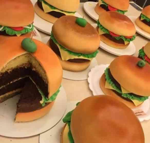 Pirei com estes mini bolos em forma de hambúrguer!