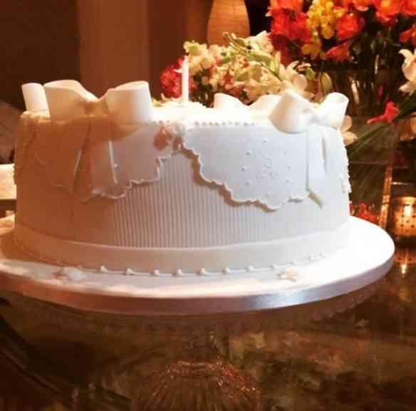 Este bolo é clássico mas tão lindo e delicado... Não acham?!