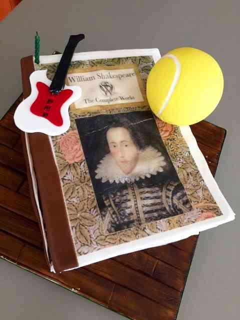 Vejam que tudo o bolo com que a Bel comemorou o maridão que ama Shakespeare, guitarra e tênis...