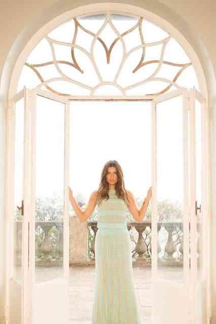 """Vejam que lindo este vestido da """"resort collection"""" de Mariana: além de chic, não amassa... É de tricot, luxo só!"""
