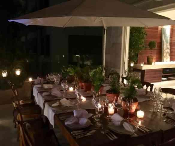 Vejam que linda mesa, arrumada divinamente na varanda: idéia mais que romântica!