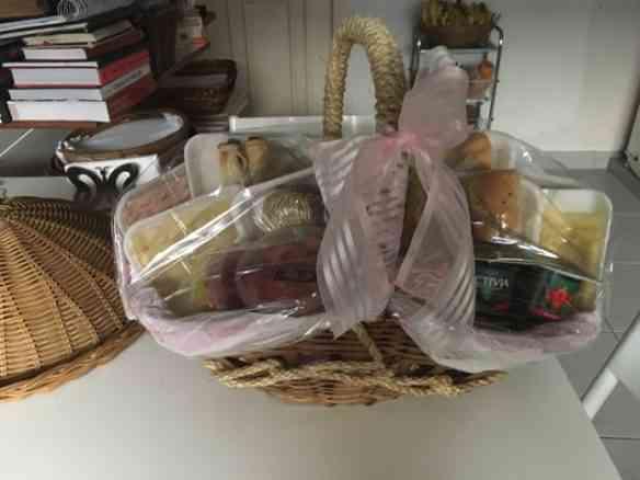 Esta cesta de café-da-manhã mais parecia a fantástica bolsa da inesquecível Mary Poppins: não parava de sair coisas deliciosas lá de dentro!
