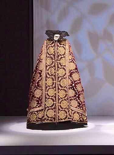 Esta é a capa russa, inicialmente um vestido de noite que Élizabeth ganhou do Czar Nicolau II, quando este esteve em Paris, em 1896. Sem cerimônia e com a ajuda de Worth, ela transformou-o em capa para dias de gala! Adorando esta condessa!