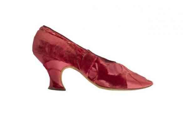 """Fecho com este glorioso sapato vermelho, em brocado e salto alto, da casa """"Louis Heels"""", de 1905... Mais? Só tendo a sorte de visitar a exposição!"""
