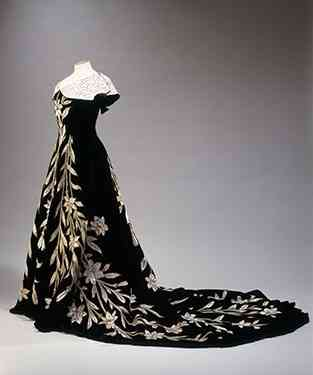 "Este é o ""Lily dress"" ou o vestido dos lírios, do estilista Charles-Frederic Worth, de veludo negro bordado em seda marfim e pérolas, ""linha princesa"" atípica pra época pra 1896 quando a condessa o usou."