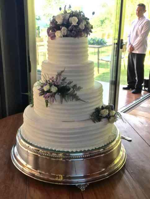 Até no bolo as flores pontificaram: lavandas!