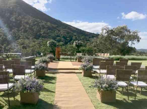 Vejam a beleza de arrumação do altar com uma vista espetacular!