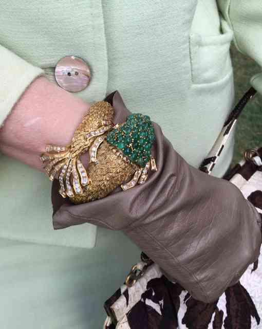 E por falar em jóia, que tal este deslumbre em forma de pulseira? Noves fora as luvas de pelica... Podre de chic!!!!!!!