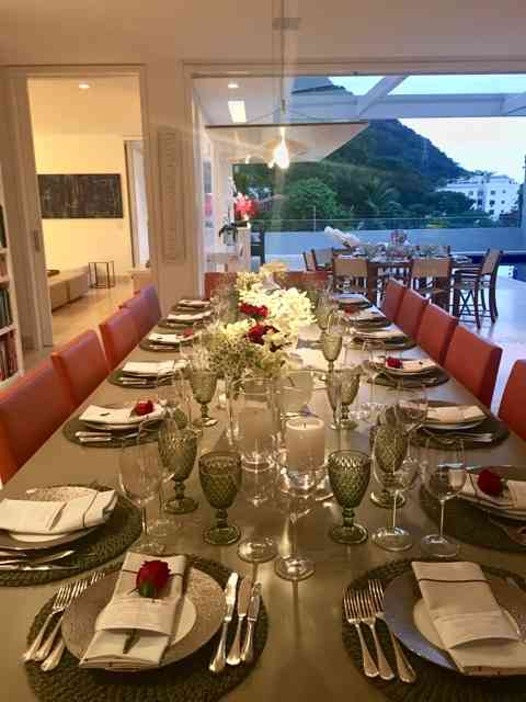 Vejam que mesas mais linda a Bel pois para a ConfraRio celebrar as festas de fim-de-ano... Os maridos que são aceitos raramente, sentariam conosco. Lindamente, ela marcou os lugares femininos com uma rosa, amei!