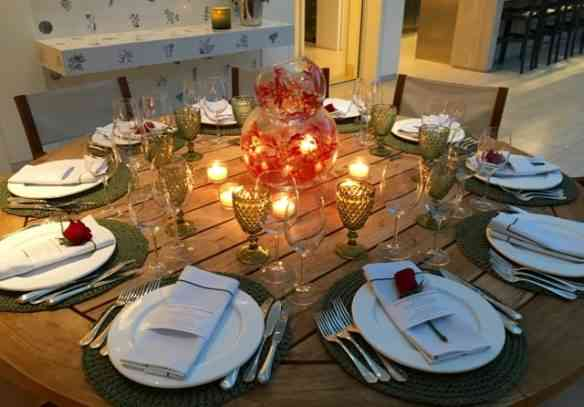 """A mesa da varanda, também deslumbrante. que acabou sendo ocupada pelos maridos: """"confraRido"""" à vista!"""