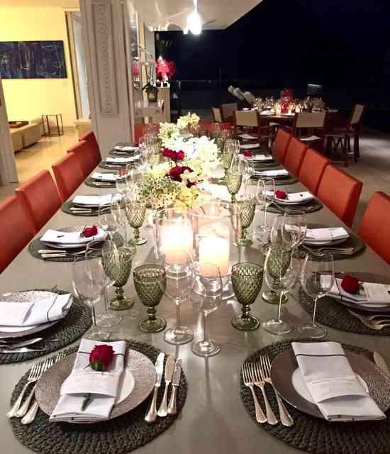 Do mesmo ângulo acima, vejam a mesa principal, pronta pra nos receber. Notaram que vela, só de noite!