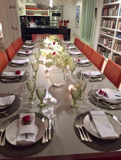 Vejam a sala de jantar/bibloteca, de outro ângulo: a cozinha, ao fundo, faz parte do espetáculo pois dela saiu nosso divino jantar: Bel arrasa nos 4 bocas e faz tudo ela mesma com sua equipe maravilhosa!