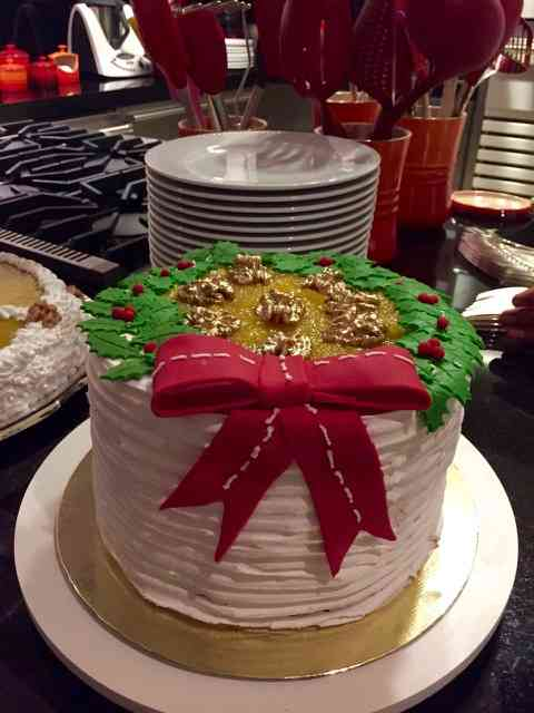 Para dar uma trégua à Bel, as sobremesas, também deliciosas, foram trazidas pelas convidadas, como este bolo de natal, by Christianne Guinle...