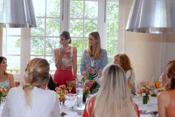 Durante o almoço, Maria e Carolina explicam a novidade para as convidadas!