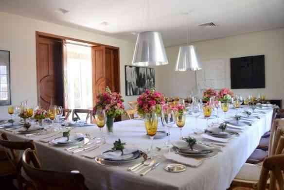 Vejam a mesa linda pro almoço onde as duas contaram sobre o novo empreendimento: tudo de bom!